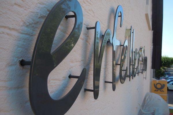 Aluminiumbuchstaben mit Stäben