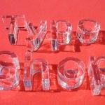 Buchstaben aus durchsichtigem Plexiglas