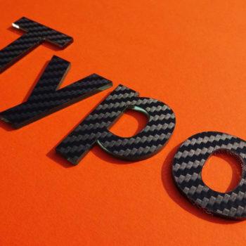Buchstaben aus Acryl mit Folie aus Carbon